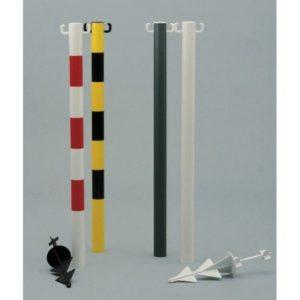 Poteau guide foule rouge/blanc avec crochets pour chaîne, de 50 mm de diamètre et 900 mm haut. Avec pointe en polyéthylène à planter ou sceller dans le sol.