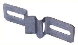 Support de 140mm de longueur pour pose à plat d'un panneau ou pictogramme sur poteau à l'aide d'un collier de serrage. Entre-axes fixations panneau maximum 120mm, minimum 60mm